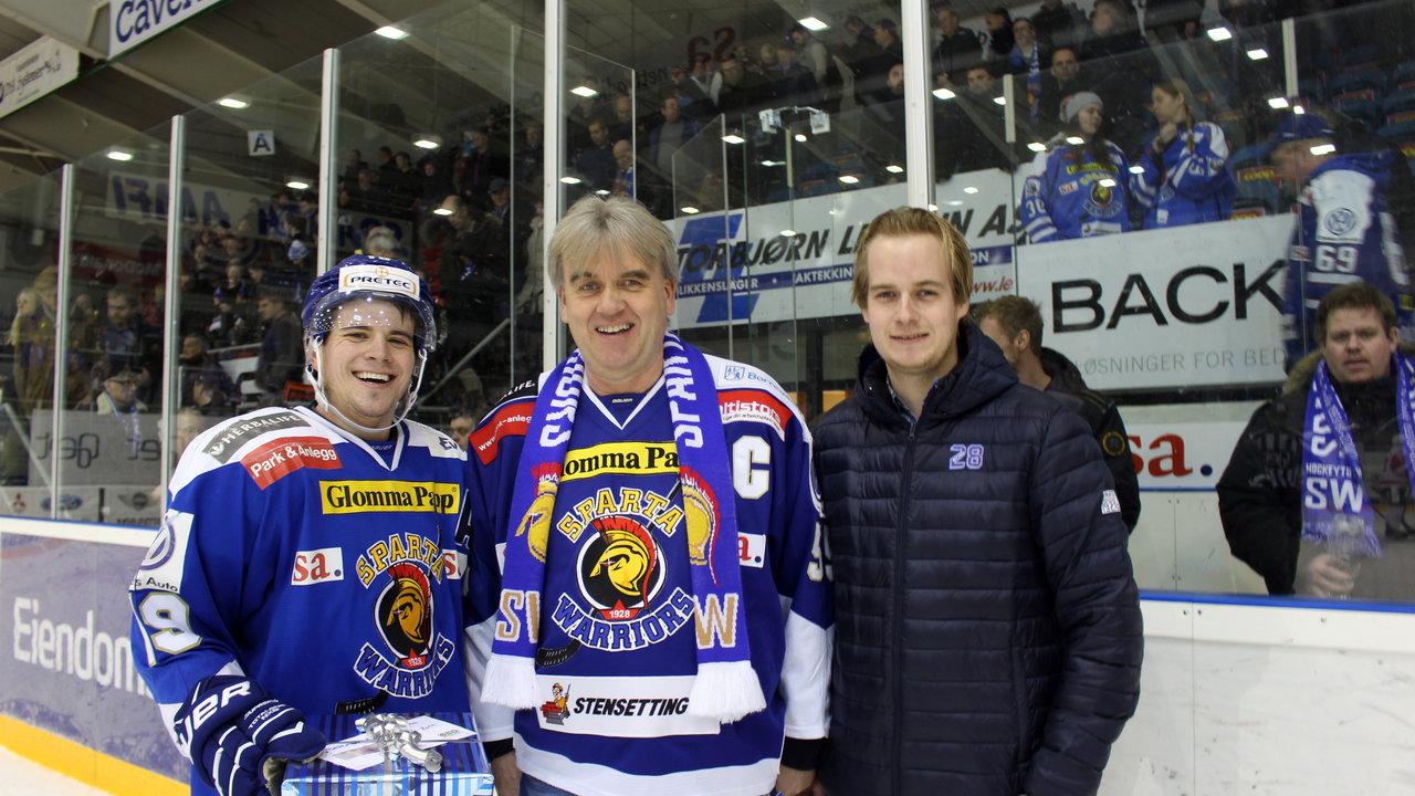 Dion Knelsen ble kåret til banens beste av dagens kampsponsor Siksjø & Jakobsen.