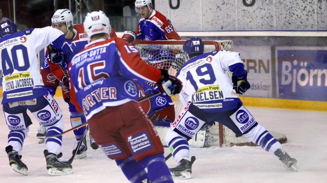 Fredrik Lystad Jacobsen og Dion Knelsen jobber på mål.