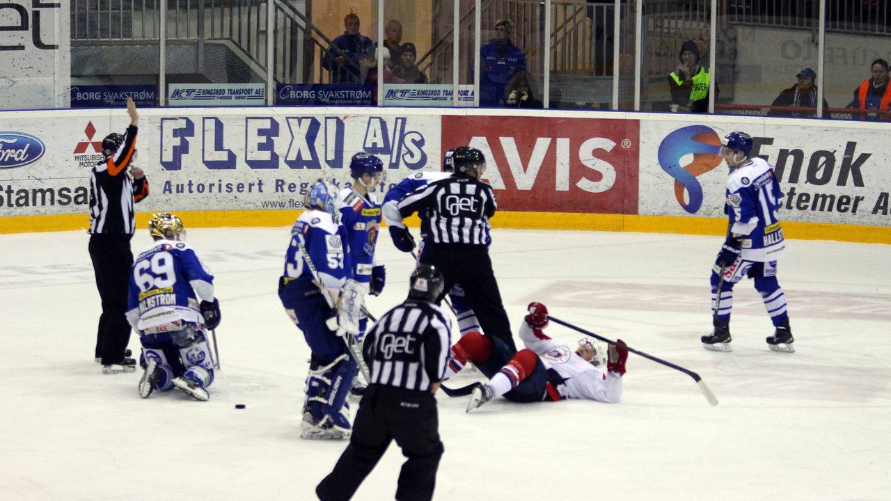Marius Hagberg legger Steffen Thoresen i isen.