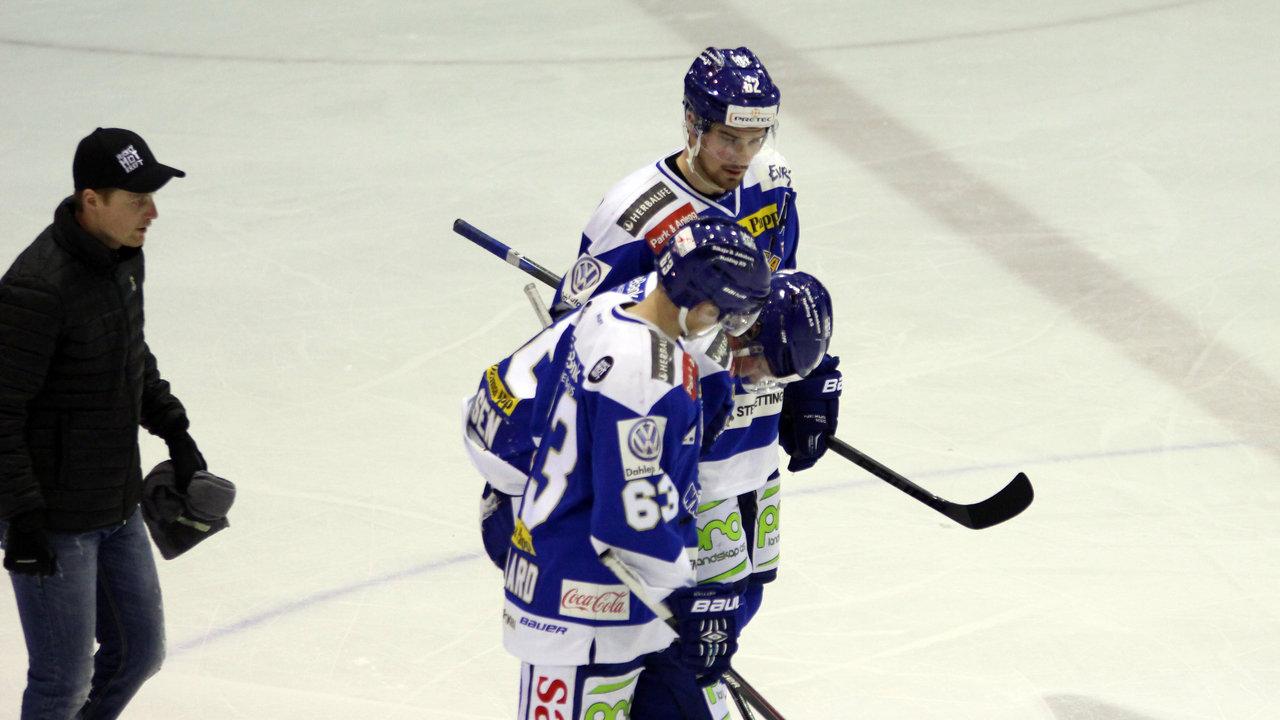 Magnus Nilsen måtte hjelpes av isen i tredje periode.