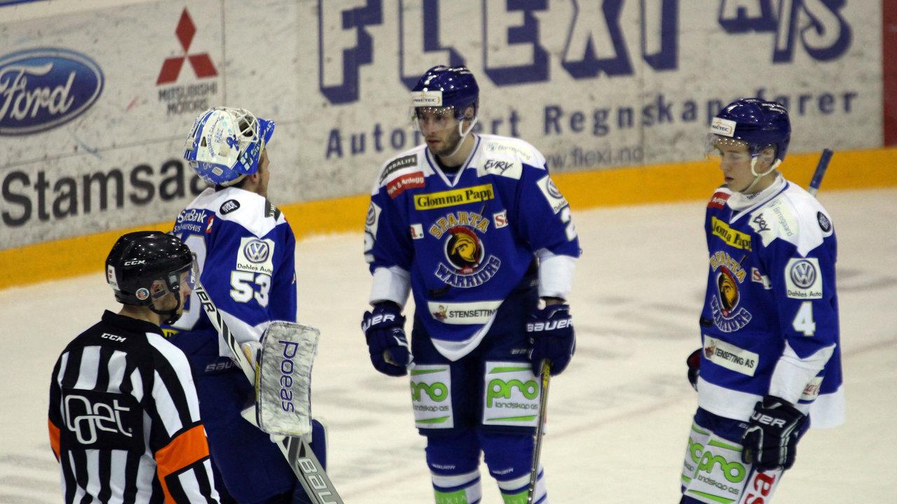 Tommy Johansen i diskusjon med Josh Godfrey og Kristian Østby.