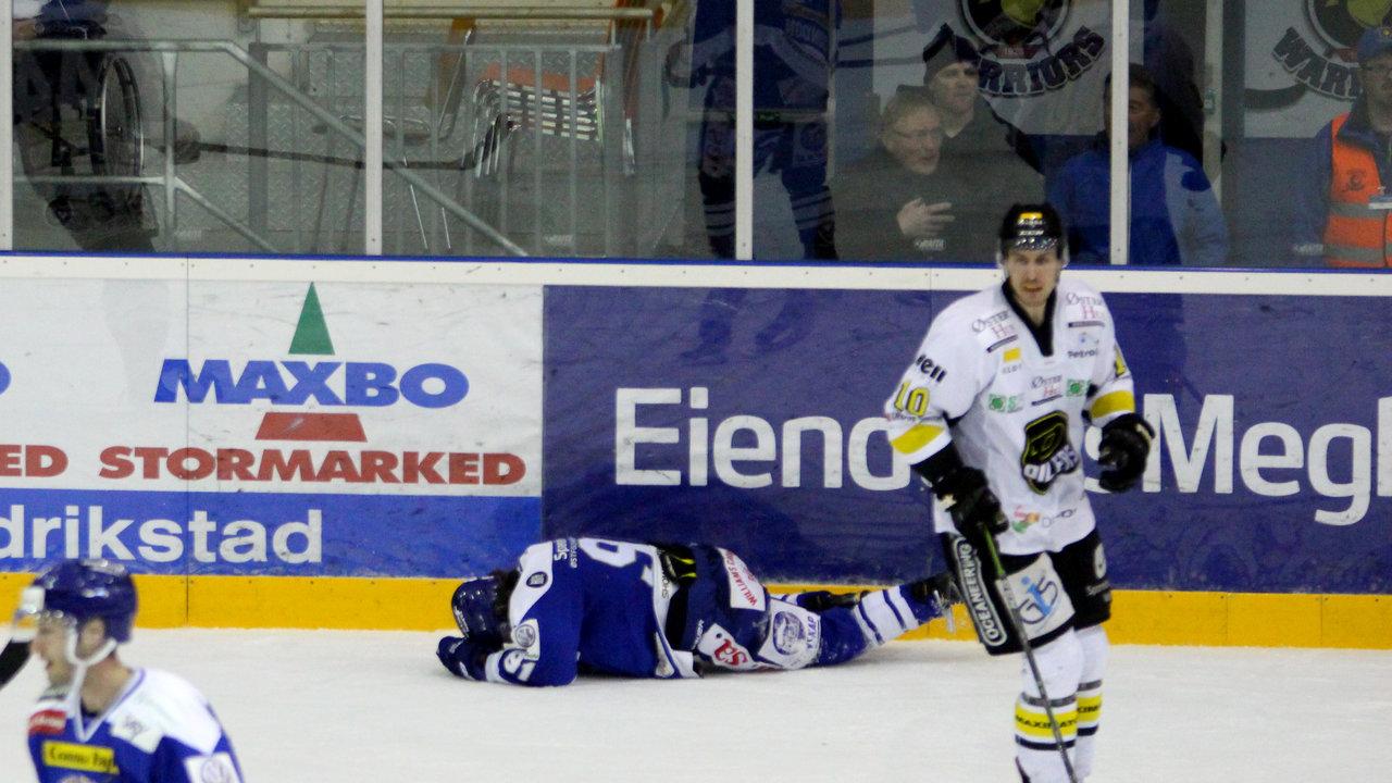Magnus Lindahl ble liggende etter en stygg takling. Stavangers Petter Røste Fossen ble sendt i garderoben.