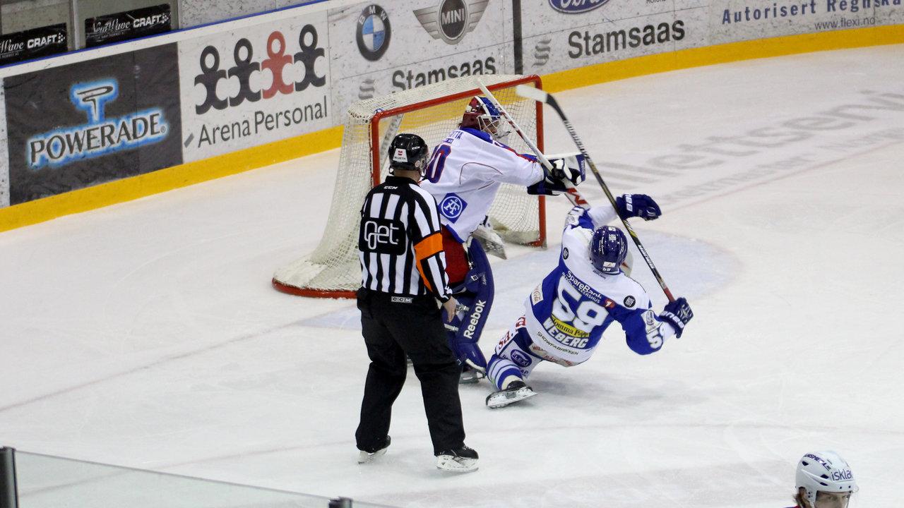 Mats Weberg legges i isen av VIF-keeper Søberg.