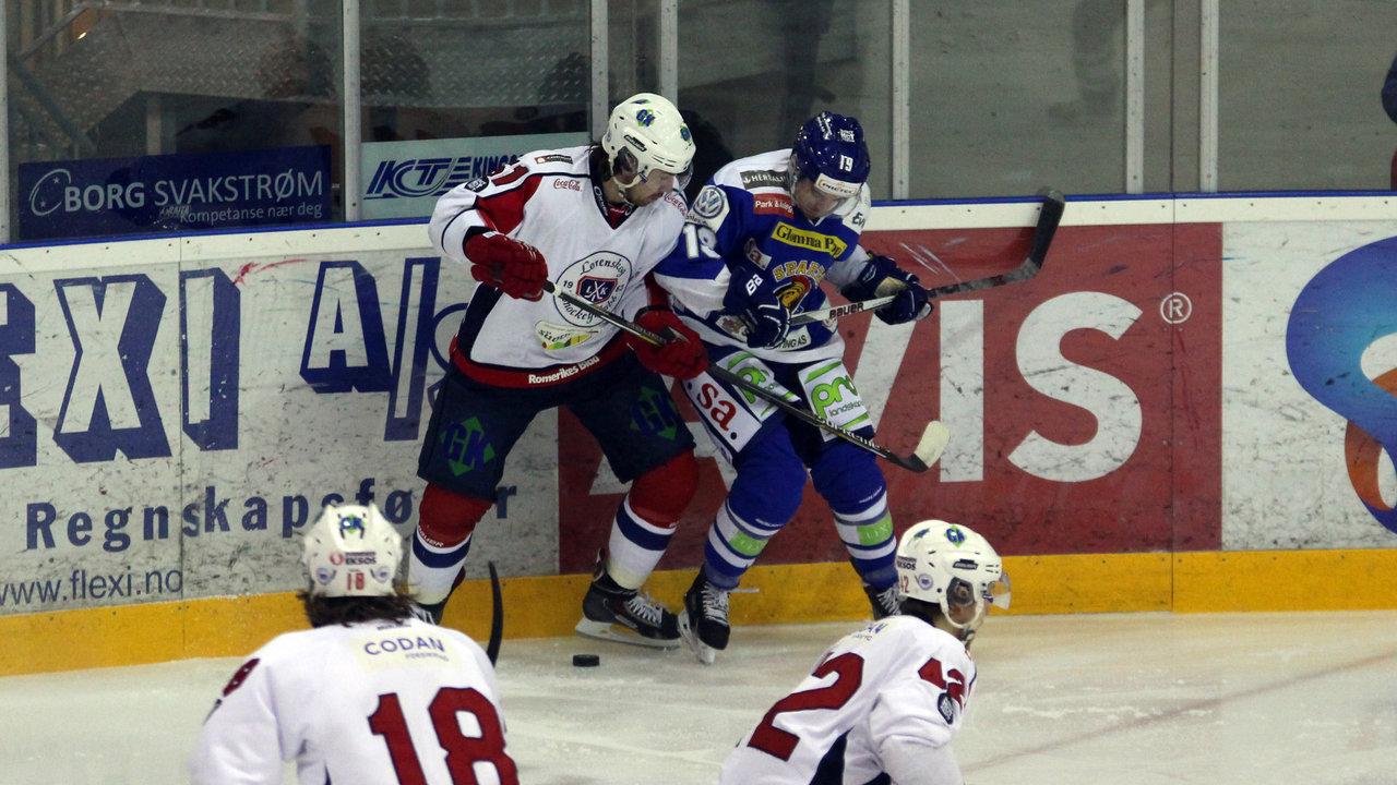 Dion Knelsen i duell med tidligere lagkamerat Christopher Henriksen.