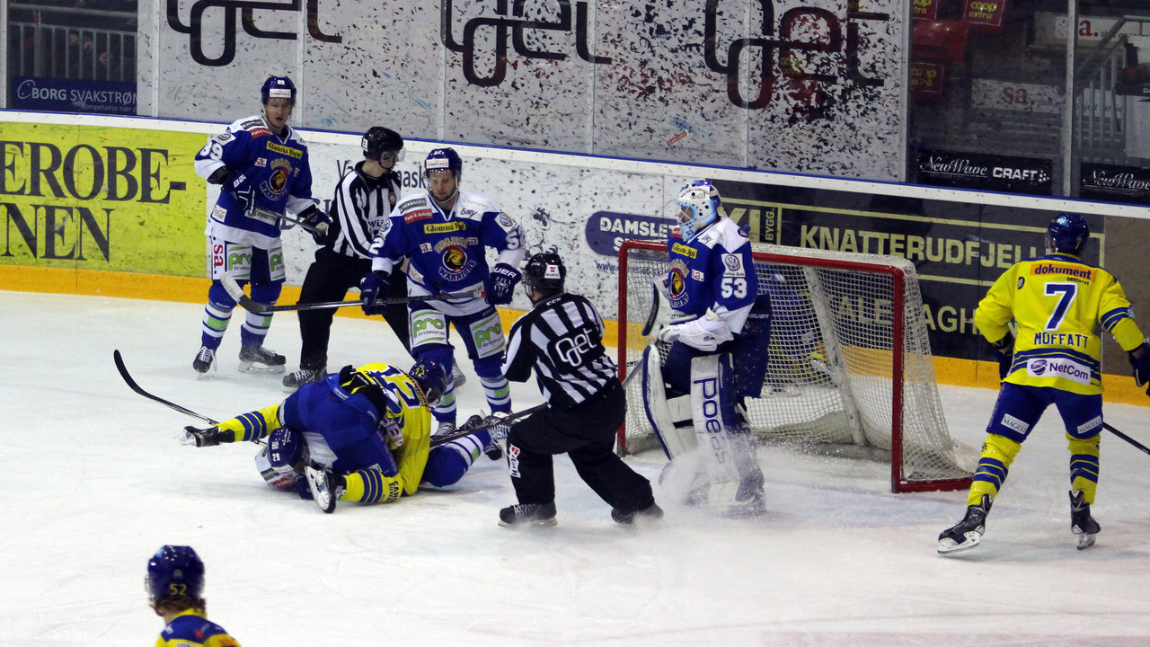 Jacob Berglund la Niklas Roest i isen.