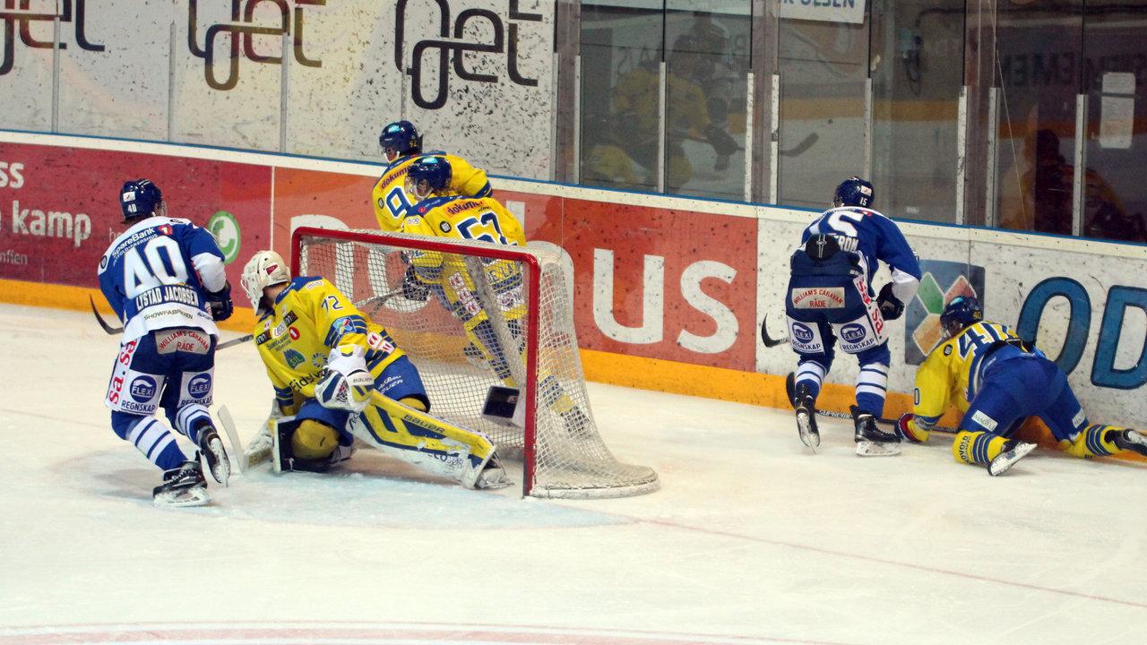 David Hallström smeller på bak målet.