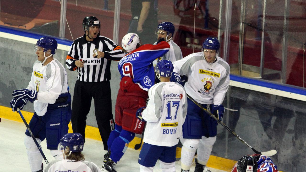 Mikael Tam fikk en knyttneve av Rasmus Juell.