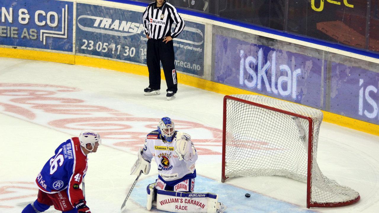 Tommy Johansen stod en god kamp, men kunne ikke stoppe straffen til Tobias Lindström.