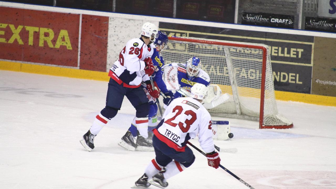 Pucken gikk så vidt forbi Tommy Johansen til 0-1.