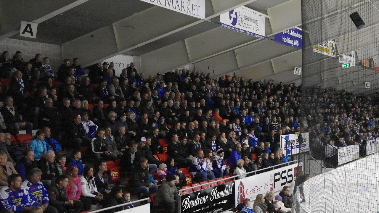 Supporterne følger iherdig med. Foto: Malin Lystad