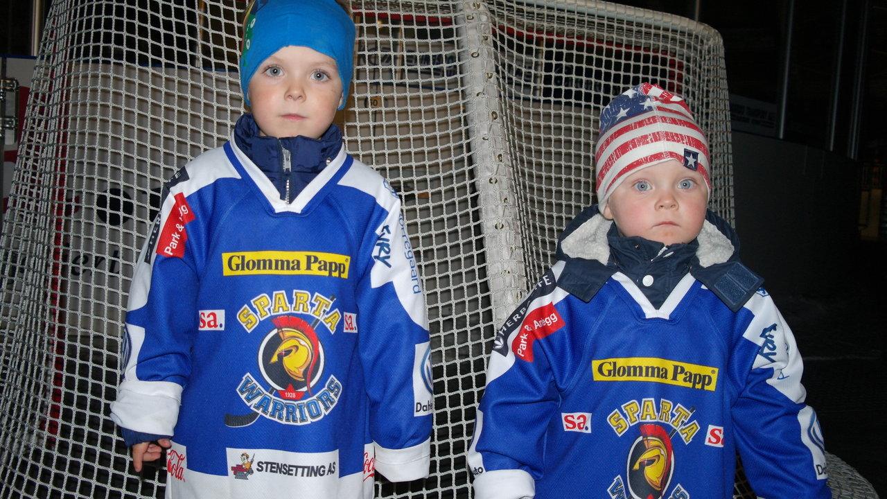 Matteo og Leo representerte de yngste supporterne. Foto: Malin Lystad