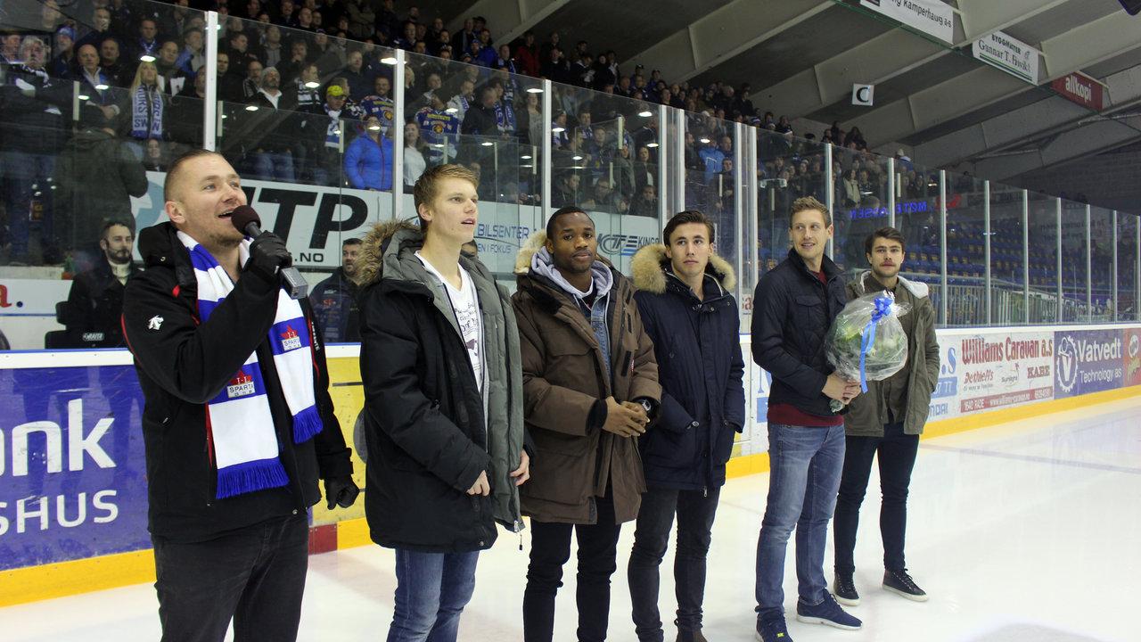Stian Joneid sang sin cupfinalesang, mens Sarpsborg 08-spillerne Sigurd Rosted, Kachi, Anders Trondsen, Ole Heieren Hansen og Alexander Groven representerte klubben i hyllesten av deres cupfinale.