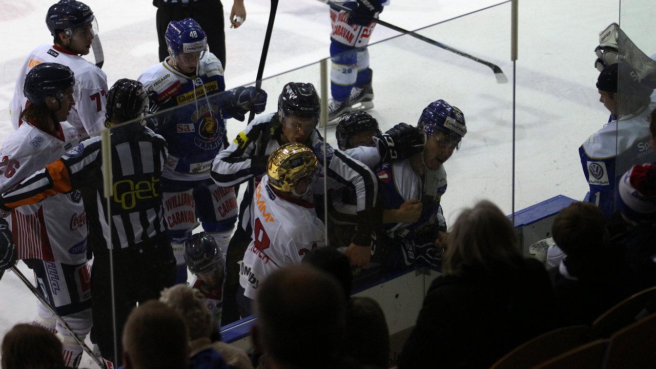Didrik Svendsen i kamp mot en Lillehammer-spiller. (Foto: Dagfinn Heidenberg)