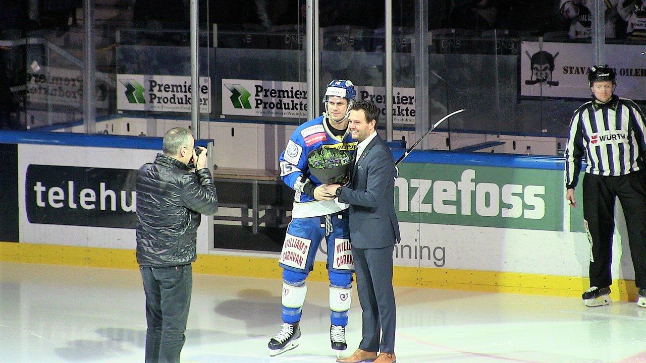 Tommy Kristiansen blir takket for sine 4 sesonger i Oilers-drakta før kampen