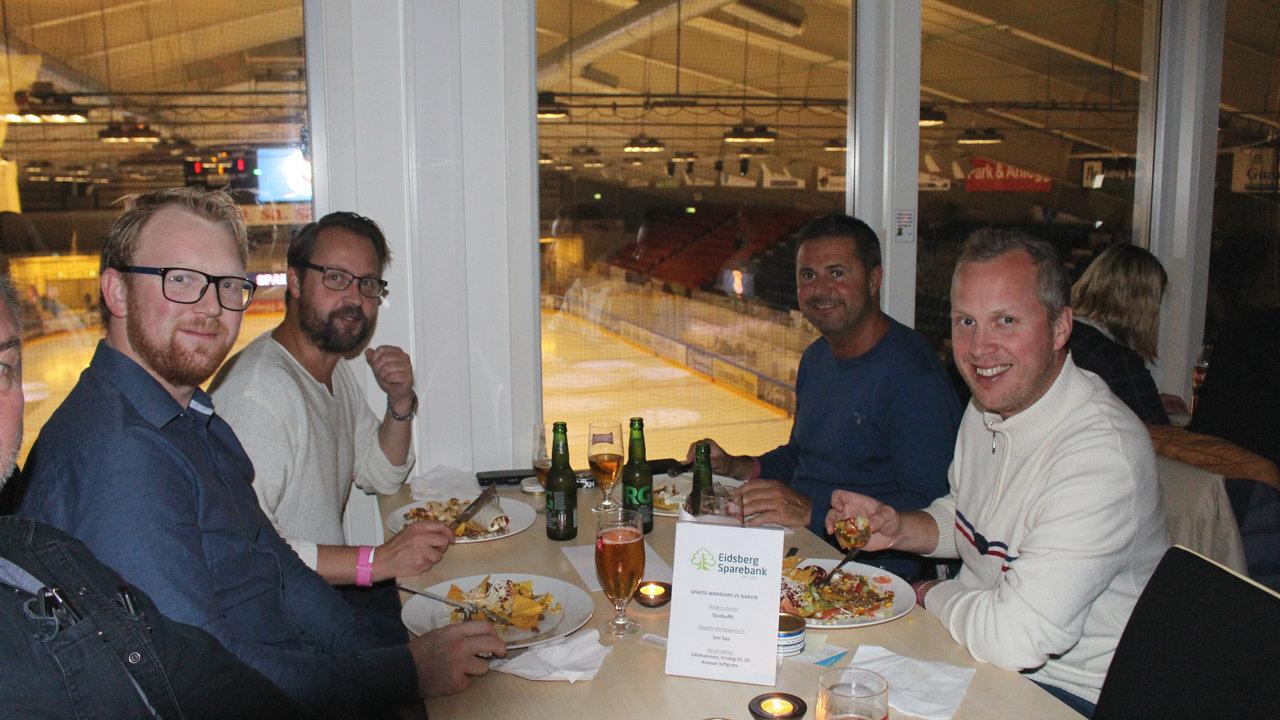 Eidsberg Sparebank koser seg med taco i restauranten. Foto: Dagfinn Heidenberg
