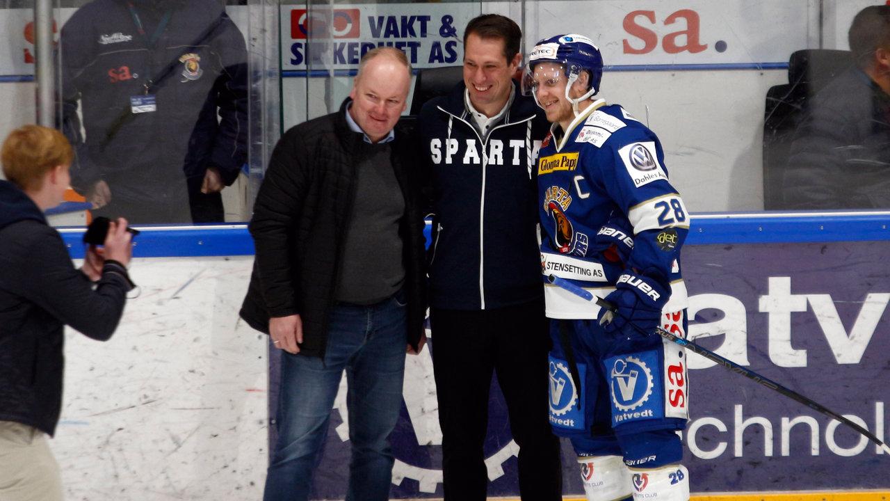 Phil Osaer fikk muligheten til å dele ut prisen som banes beste til kompisen Niklas Roest.