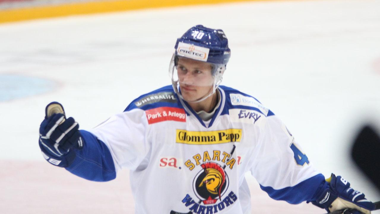 Fredrik Lystad Jacobsen ildner opp spartafansen etter scoring! Foto: Dagfinn    Heidenberg